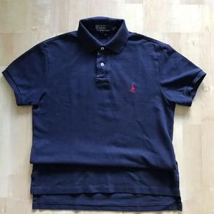 Navy blue Ralph Lauren piké in good condition. Bought at NK for 999 SEK.