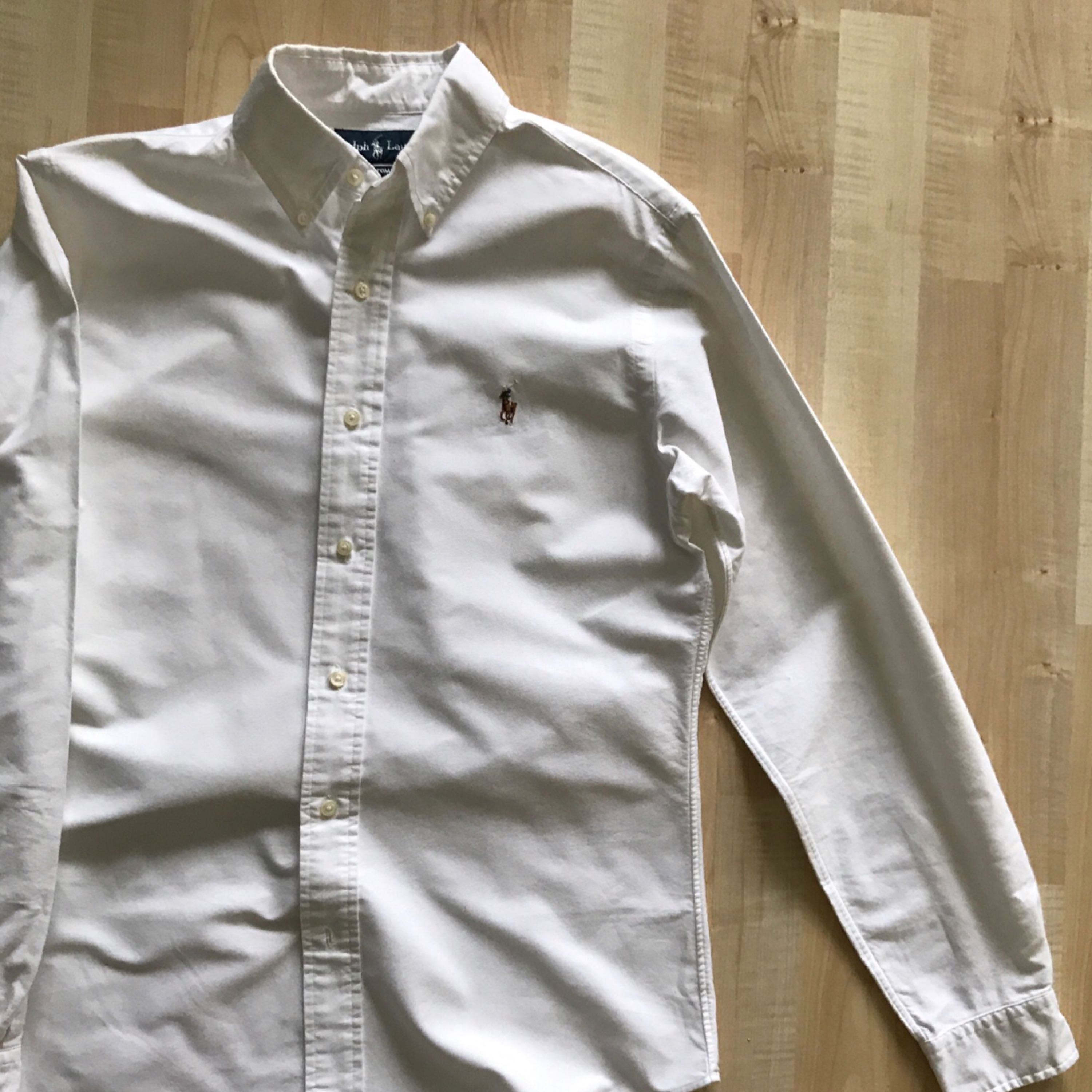 Ralph Lauren oxford shirt in size S, custom fit. White in colour, good fit for you between 175 - 185 cm in height.  Great condition, almost new. Bought at NK at 1399 SEK. . Skjortor.
