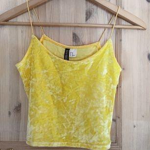 Supersnygg crop top från H&M Divided i storlek XS. Den är härligt gul och riktigt snygg på!