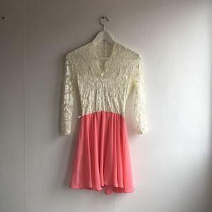 Spetsklänning med korallfärgad nederdel. Aldrig använd.