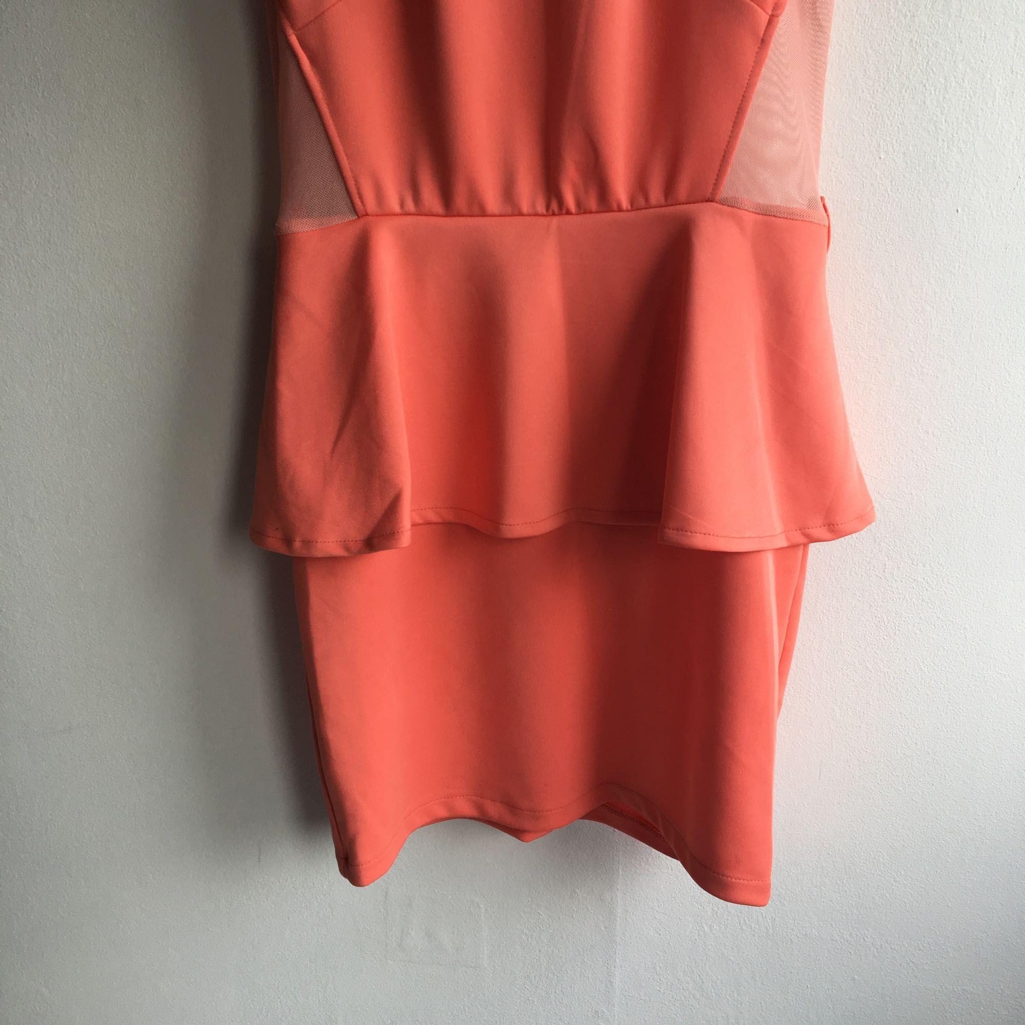 Korallfärgad peplumklänning. Använd ett fåtal gånger.. Klänningar.
