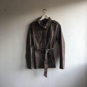 Brun/grå kappa från HM. Sparsamt använd.