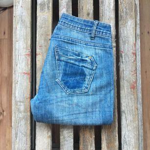 Stretchiga jeans. Sparsamt använda