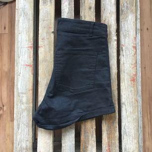 Stretchiga svarta shorts från HM. Aldrig använda.
