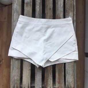 Vit shorts/kjol från H&M. Använda ett fåtal gånger