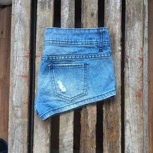 Korta jeansshorts. Använda ett fåtal gånger.