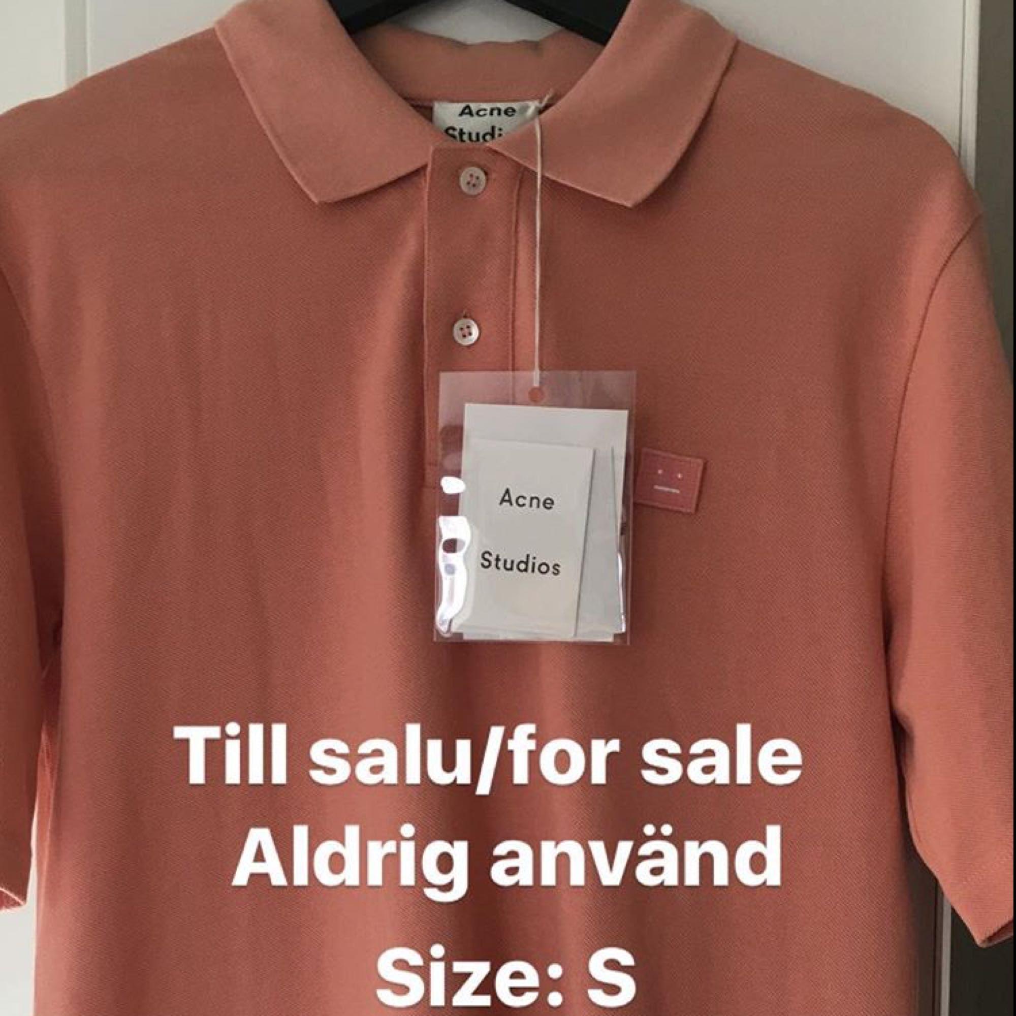 Snygg piké, aldrig använd. Ordinarie pris 1400kr. T-shirts.