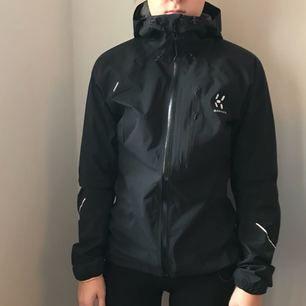 En helt ny Haglöfs jacka från L.I.M series i storlek XS! Jackan är svart men har lite lila detaljer. Den är helt oanvänd. Nypris: 1599kr  Jag kan frakta så länge köparen står för frakten & jag har swish💌