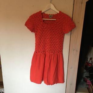 Virkad klänning från asos specialkollektion för att spara vatten. Perfekt skick! Gör ont i hjärtat att sälja denna goding men den förtjänar att komma till användning!