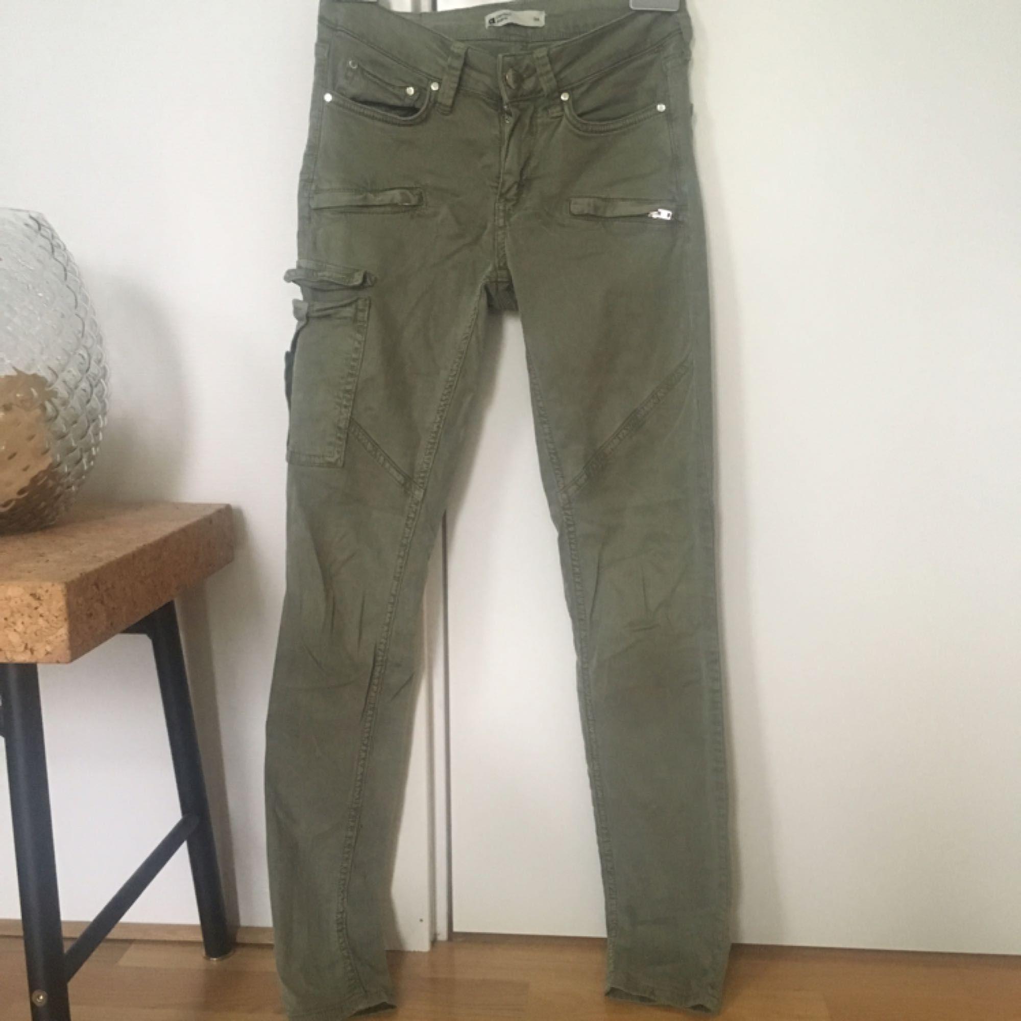 Gröna tajta cargo pants med fickor. Dragkedjor vid anklarna. . Jeans   Byxor . acc5a5ec4baa4