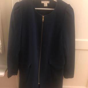 Marinblå kappa från H&M med lite