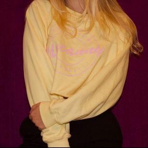 Cropped sweatshirt från pull n bear. Nypris 249. Nyskick! Frakt kostar 30 om så önskas.