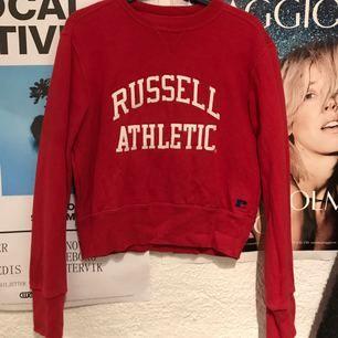 Superfin croppad, röd Russel Athletic tröja. S/M. Kan mötas upp i centrala Stockholm.