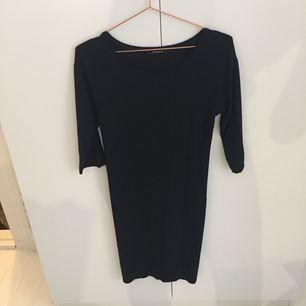 Superfin lilla svarta klänningen från Bruuns Bazaar. Endast använd ett fåtal gånger. Dragkedja i rygg. Passar utmärkt på jobbet eller festen i höst!
