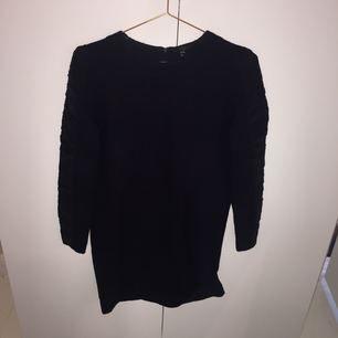 Mysig höstklänning från COS, färgen är mörkblå. 100% bomull🙏🏻