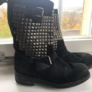 Grymt häftiga boots från märket ASH. Används tyvärr alldeles för sällan nu för tiden. Väl använda men fortfarande i gott skick.