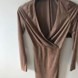 Snygg oanvänd klänning från nelly.com