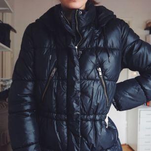Säljer denna mörkblåa varma vinterjacka. Det är en 38 men jag är 34/36 och den passar mig bra! Man kan dra in den i midjan som den andra bilden visar om man vill ☺️ Avtagbar luva!   Betalning via swish 👏🏼