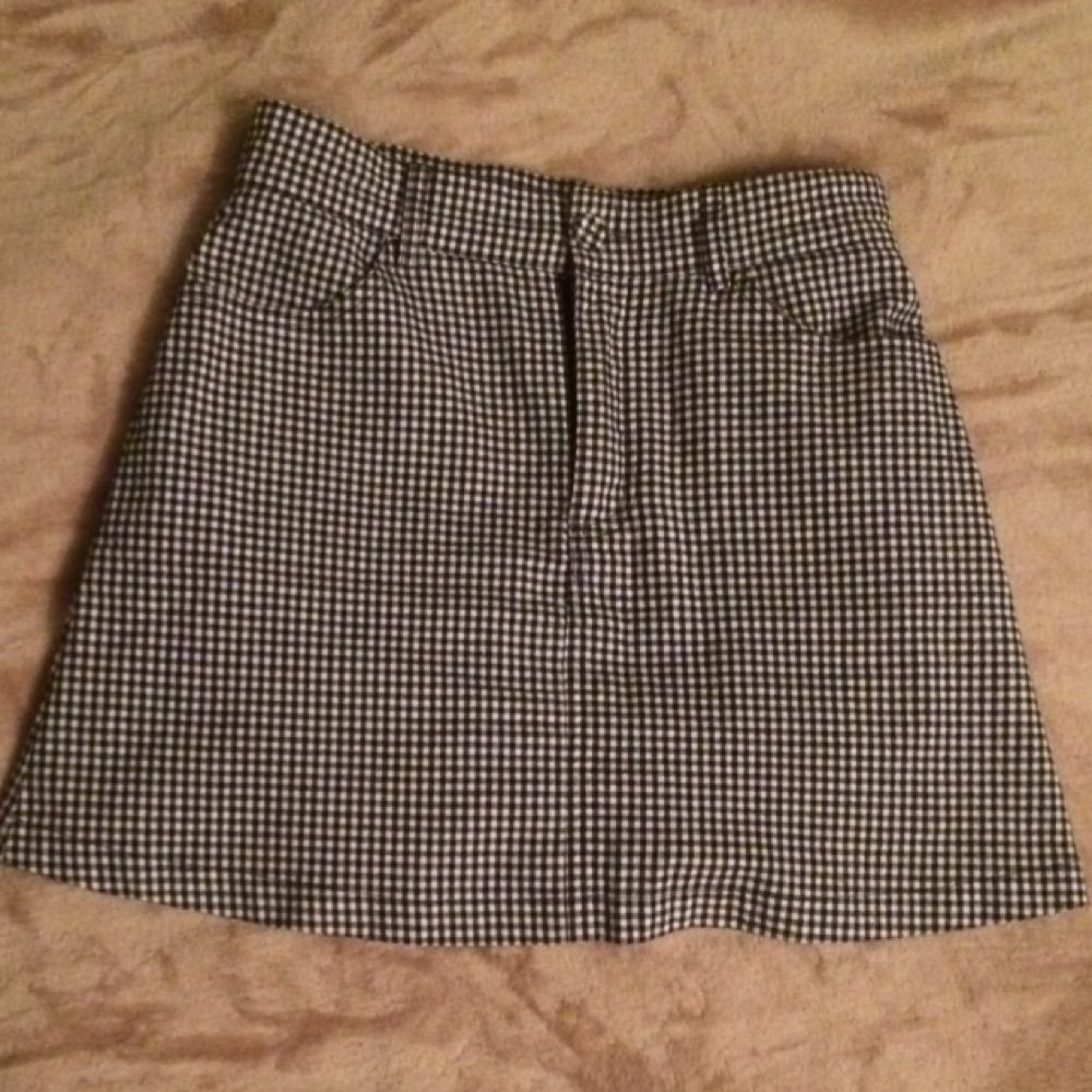 Gingham skirt from brandy melville / one size, fits xs/s. Super cute but too tight on me. 100%cotton with front and back pockets. Kjolar.