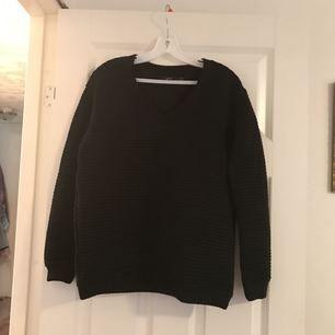 Oanvänd tröja i material polyster.  Strl 34/36.   Frakt 49kr