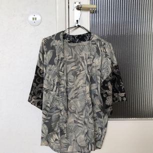 H&M kimono-liknande topp i storlek S, den är väldigt luftig, tror därför att den passar en M också!