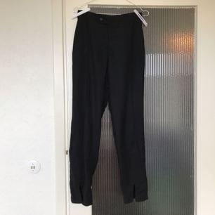 Kostymbyxor som är för små för mig nu! Slits i byxbenen som är väldigt snyggt. Handgjorda från Kambodja!