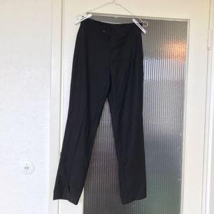 Kostymbyxor med slits på ena byxbenet! Handgjorda i Kambodja.