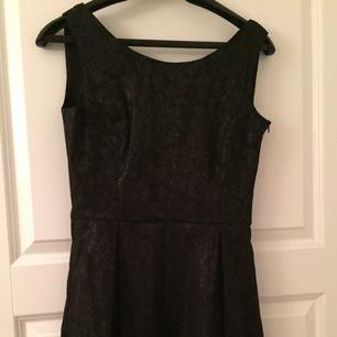 En fin klänning som är perfekt till en fest eller en cocktail. Set står M med den är liten i storleken. Använd max 3 gånger. Nästan som ny!