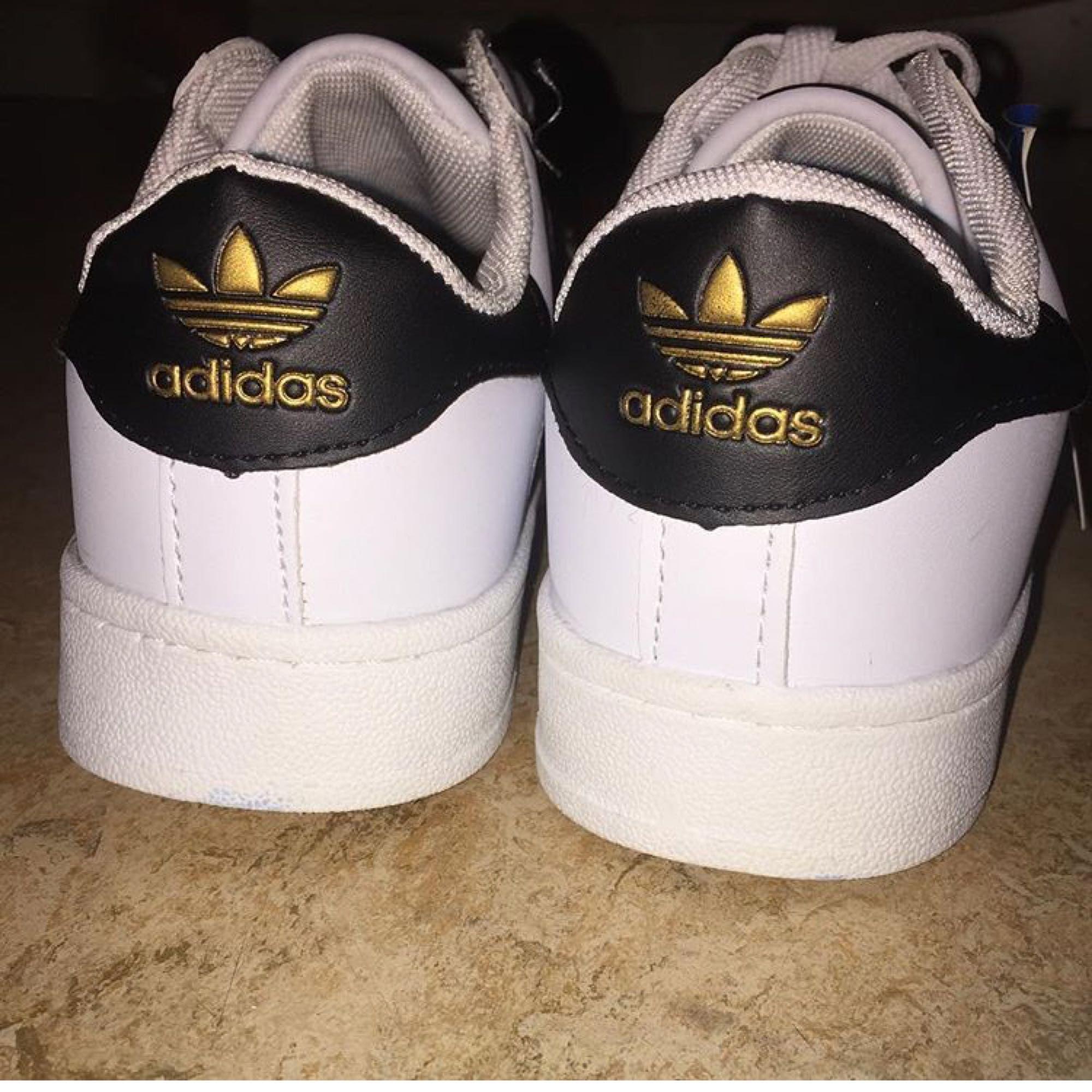 Säljer mina adidas skor som Jag har fått i present!  Står ingen exakt storlek på dom men dom skulle kunna passa en 39 eller 40. Tror inte dom är äkta! . Skor.