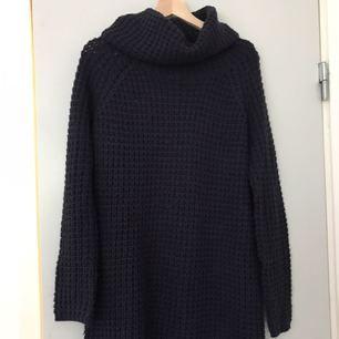En sweater dress som är livet. Sjukt varm och jätte mysig! Slutar något ovan knäna på mig som är 167. Kan mötas i Borås eller frakta.