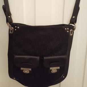 Äkta DKNY väska i tyg med skinndetaljer. Använd men i bra skick.