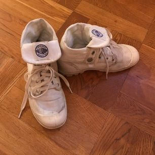 Vita hi top Palladium sneakers. Använda men fräscha. Skaftet går att vikas upp.