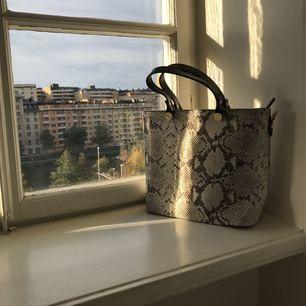 Oanvänd väska i läder från Italien. Medelstor. Har axelrem.