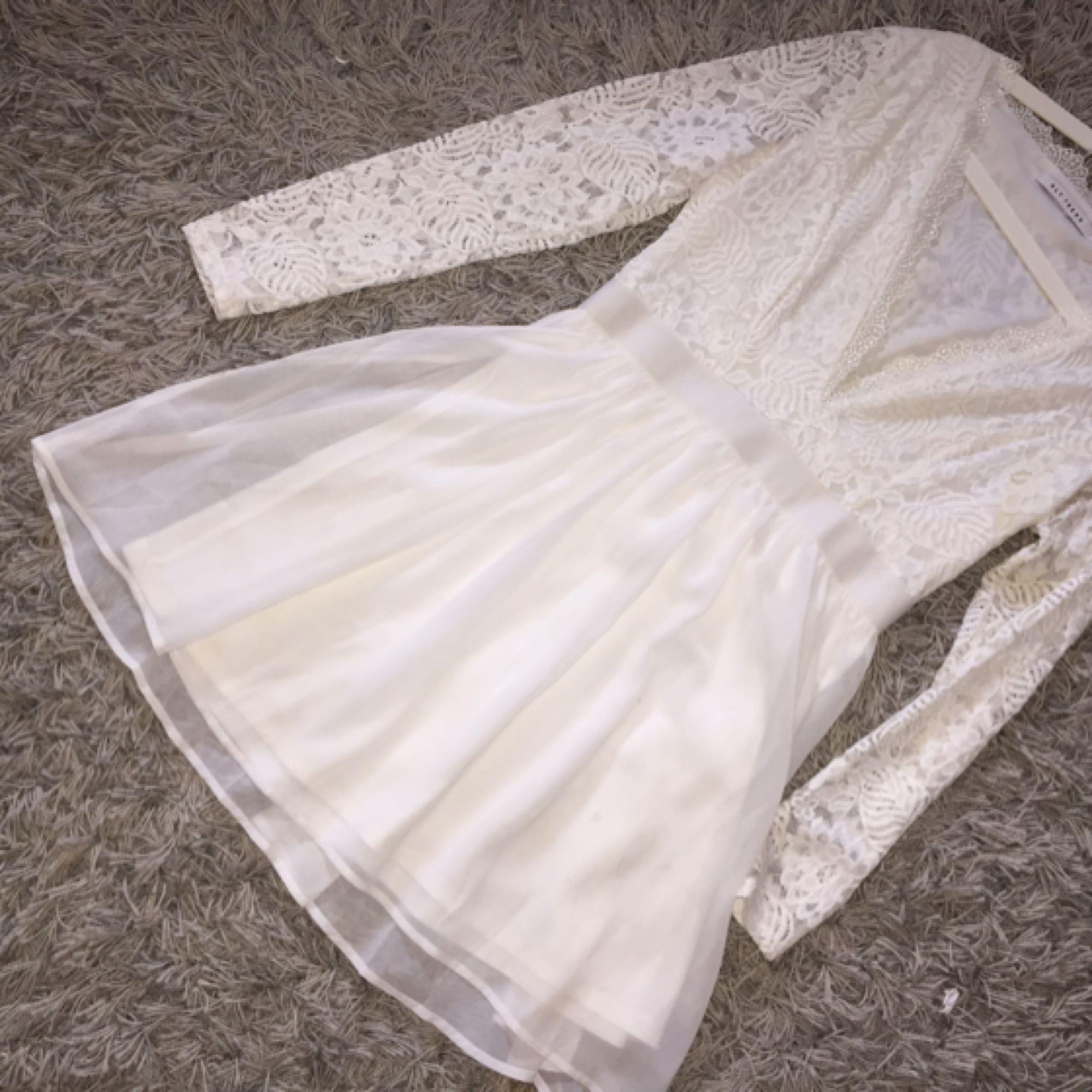 Fin vit spets kort klänning Klänningar - Second Hand 1d38f3bf4f57e