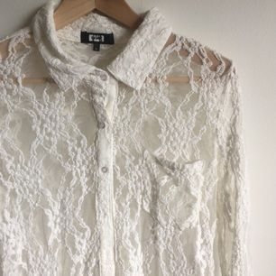 Cremefärgad spetsskjorta. Storleken är märkt large men den sitter fint som oversized också. Mötes i Gävle eller skickas mot betalning av frakt. Endast swish!