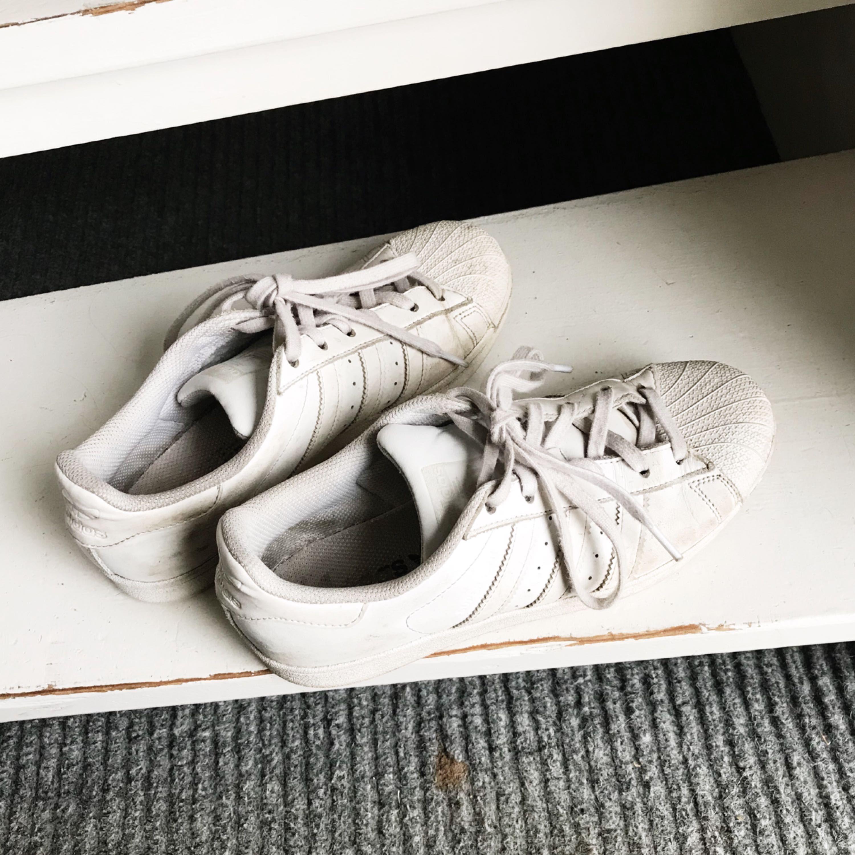 Adidasskor i storlek 40, säljes pga att de är för stora. Lite smutsiga men går säkert bort med en disktrasa eller om man kör dem i tvättmaskinen. Köparen står för frakten. Skor.