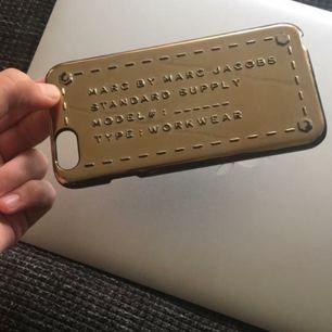 Marc Jacobs skal till iPhone 6s, lite slitningar men inget man tänker på!! Kostade runt 500 som nytt!  SKICKAR EJ!!
