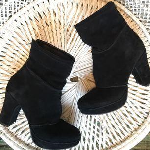 Svarta mocka skor med rejäl klack. Dragkedja baktill. Storlek 37 men passar mig som har 38.  Köparen betalar frakt eller upphämtning i GÖTEBORG.
