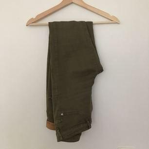 Militärgröna högmidjade Molly byxor köpta på Ginatricot. Kan mötas i Borås eller frakta.