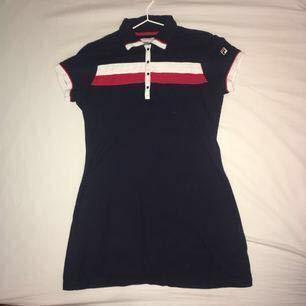 Sportig och snygg FILA-klänning från Urban Outfitters. På mig (som har M) så sitter klänningen rätt tajt och är rätt kort, och på bilden kan ni se hur den sitter på någon som har S/XS. Knappt använd! Köpte för 650.
