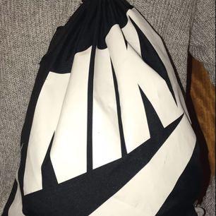 Svart nike gympapåse med vita band, lite fläckar på Nike loggan men annars i fint skick. Perfekt att ta med till gymmet! Kan mötas upp i Göteborg eller skicka via posten, frakt tillkommer.