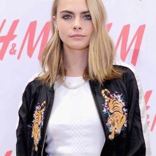 Bomberjacka med tigrar som motiv från H&M Divided. En favorit för Cara Delevingne som har en supercool stil! Den är i storlek 32 men den är oversized så passar allt från XS till M.