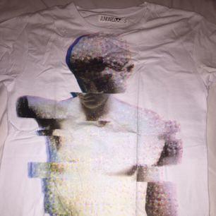 Tshirt som aldrig är använd med snygg bild på