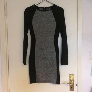 En fin nästintill oanvänd klänning som både kan användas till fest tillsammans med smycken eller till vardags med ett par sneakers. 💃🏻  Frakt ingår INTE i priset utan får stå för köparen.