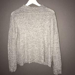 En ljusgrå mysig tröja från Chiquelle använt fåtal gånger, funkar även som XS.
