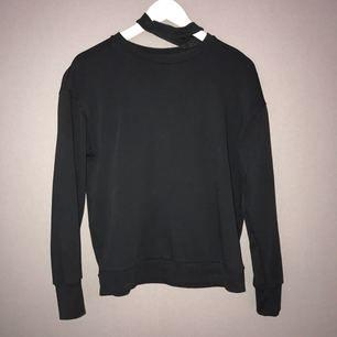 En svart matt tröja med inbyggd chocker som man kan stoppa ner om man vill bara ha en vanlig svart tröja. Funkar även som XS