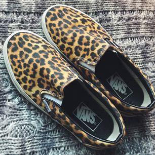 Suuupersnygga Vans slip-in i coolt leopardmönster! Knappt använda så de är ett riktigt kap ☺️👏🏼   Betalning via swish 💸
