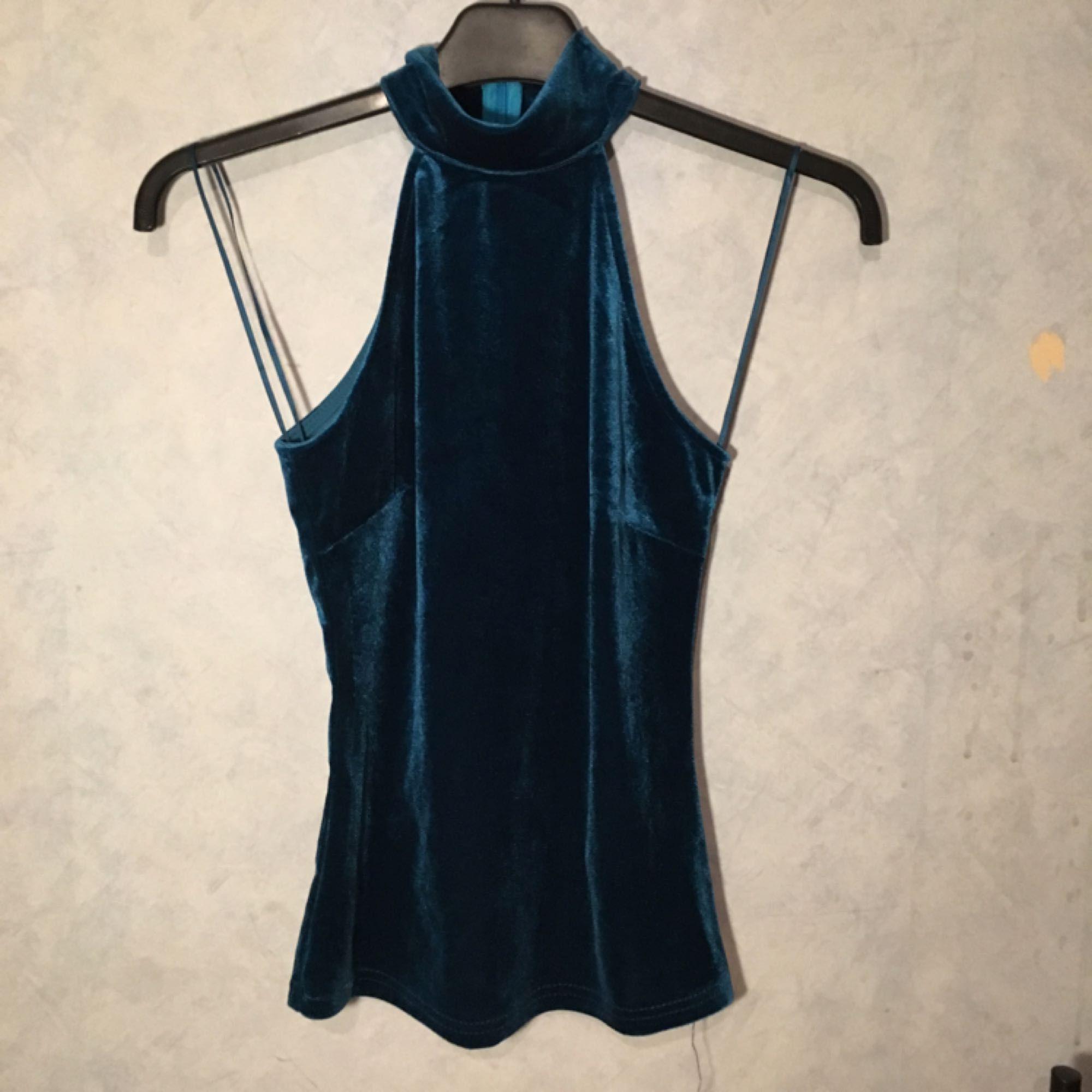 VERA & LUCY nyskick använd 2 ggr, storlek XS, sjukt fin färg, armlös , möts upp i T-C. Toppar.