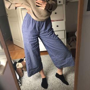 Sköna vida byxor från Zara, kortare i modellen. Kan mötas upp i Stockholm eller frakta för 40 kr🌸