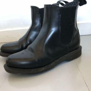 Jättefina Chelsea boots dr martens flora! Som nya!
